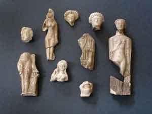 Statuette en terre cuite venant du siye culturel gallo-romain des Haches en Saint-Jacut-de-la-Mer (cl. Bizien) .